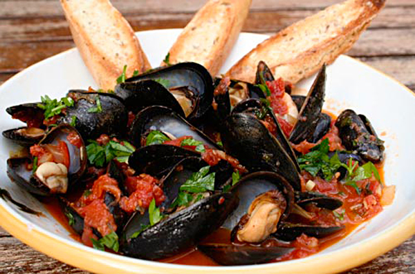Mussels With Saffron And Tomatoes Recipe — Dishmaps