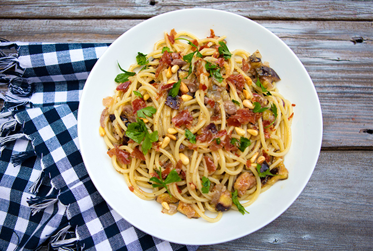 Pasta With Figs, Prosciutto & Pine Nuts