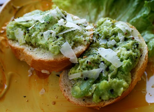 This fava puree can be used as a topping for bruschetta, as a spread for a panini, or even as a topping for pasta.